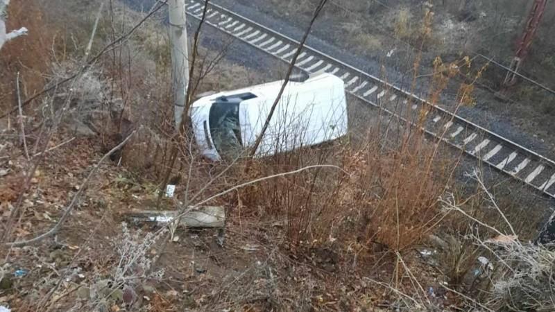 Լոռու մարզում մեքենան ընկել է ժայռից և հայտնվել երկաթուղային գծերում