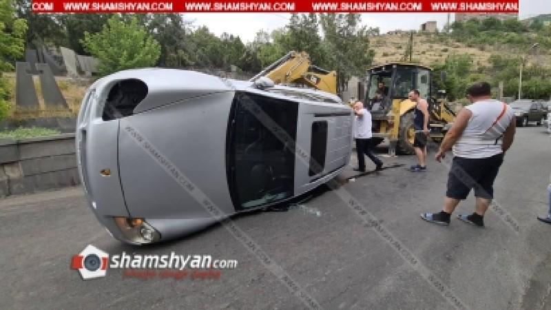 Ավտովթար՝ Երևանում. Porsche Cayenne-ը բախվել է քարե պարսպին և կողաշրջվել