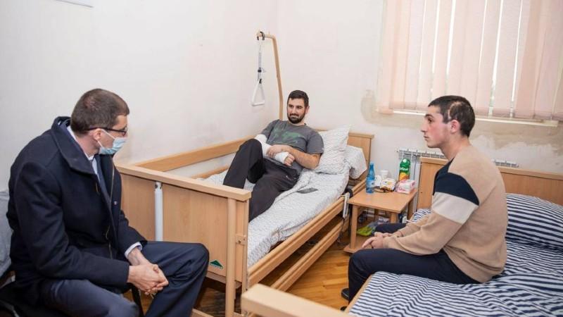 Աշխատանքի և սոցիալական հարցերի նախարարն այցելել է վիրավոր զինվորներին