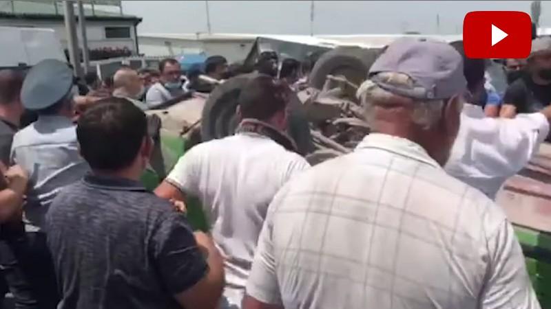 «Մեյմանդարի» շուկայում մեքենա շրջած անձինք բերման են ենթարկվել ոստիկանություն (տեսանյութ)