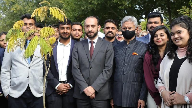 Հայաստանի և Հնդկաստանի ԱԳ նախարարներն այցելել են Գանդիի հուշարձան, մասնակցել ծառատունկի