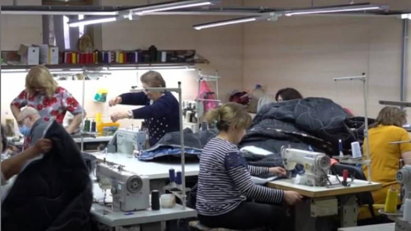 Մոսկվայի կարի արտադրամասը քնապարկեր է կարում զինվորի համար. նրանց հարկավոր է տեղի հայերի օգնությունը (տեսանյութ)