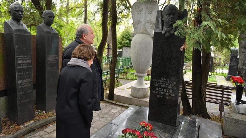 Արմեն Սարգսյանը Մոսկվայում հարգանքի տուրք է մատուցել Խորհրդային Միության հերոսներ Հովհաննես Իսակովի և Համազասպ Բաբաջանյանի հիշատակին