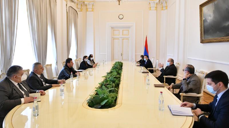 Արմեն Սարգսյանը հանդիպել է ԱԺ խմբակցություններում չընդգրկված մի խումբ պատգամավորների հետ (տեսանյութ)