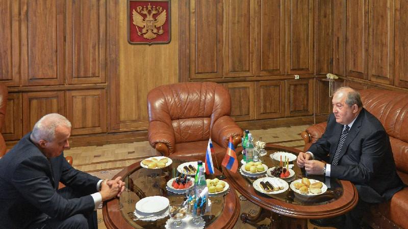 ՌԴ պետական տոնի նախօրեին նախագահ Արմեն Սարգսյանն այցելել է Հայաստանում ՌԴ դեսպանություն (տեսանյութ)
