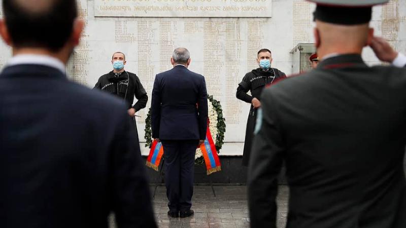 Նիկոլ Փաշինյանը հարգանքի տուրք է մատուցել Թբիլիսիի «Հերոսների» հրապարակում (լուսանկարներ)