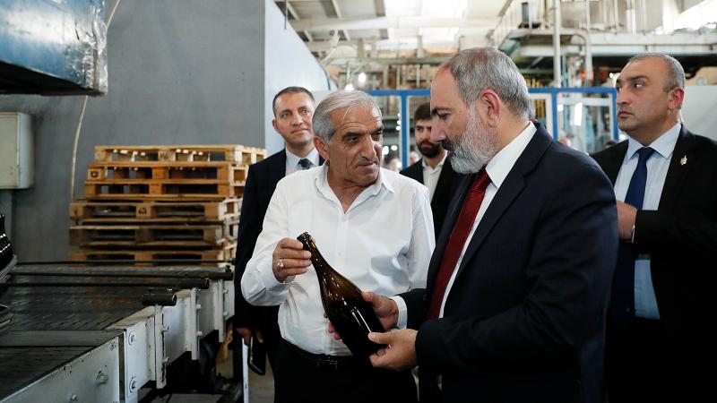 Նիկոլ Փաշինյանը ծանոթացել է «Սարանիստ» ընկերության ապակիների արտադրության գործընթացին ու նորաբաց կոնյակի գործարանի գործունեությանը