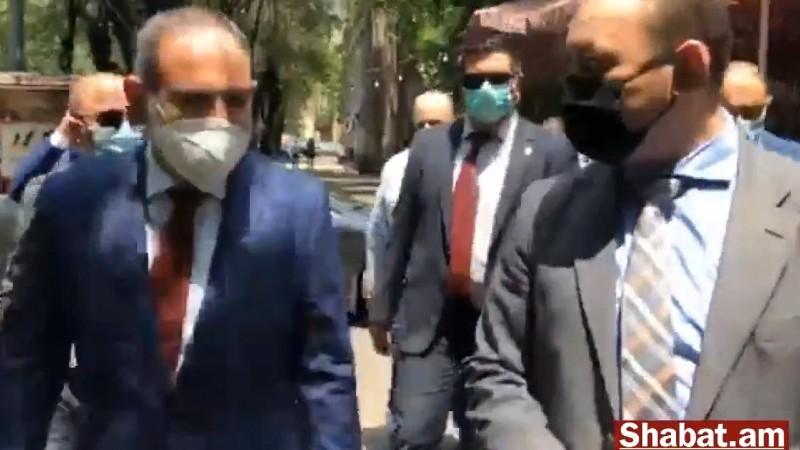 Նիկոլ Փաշինյանը շրջում է Երեւանի կենտրոնական փողոցներով եւ դիմակներ բաժանում մարդկանց (ուղիղ)