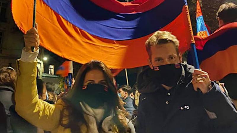 Նիկոլա Ազնավուրը կնոջ հետ Փարիզում մասնակցել է Արցախին նվիրված ցույցին