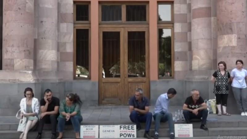 Գերեվարված զինծառայողների հարազատները նստացույց են անում կառավարության դիմաց