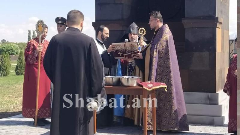 Եղվարդի Սուրբ Սարգիս եկեղեցու բակում տեղի ունեցավ Արցախյան 44-օրյա պատերազմի հերոսների հիշատակը հավերժացնող խաչքար-հուշակոթողի օծման արարողությունը
