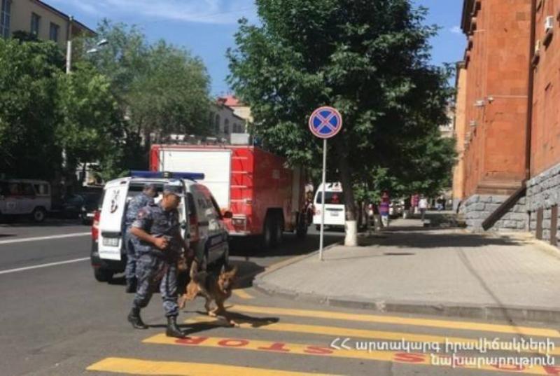 Ոստիկանության աշխատակիցներն ու կինոլոգիական խումբը պայթուցիկ սարք չեն հայտնաբերել ոստիկանության 6-րդ վարչության դիմաց