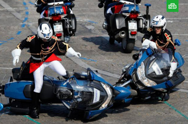 Փարիզում Բաստիլի օրվան նվիրված տոնական շքերթի ժամանակ մոտոցիկլավարները միմյանց են բախվել (տեսանյութ)
