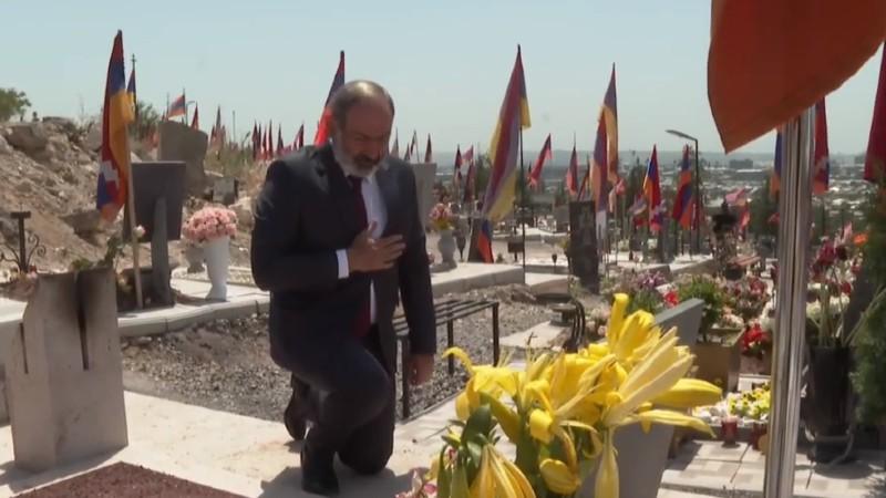Նիկոլ Փաշինյանը հարգանքի տուրք է մատուցում Արցախյան պատերազմների հերոսների հիշատակին (տեսանյութ)