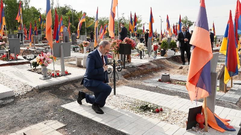 Նիկոլ Փաշինյանը Եռաբլուրում հարգանքի տուրք է մատուցել հանուն Հայրենիքի կյանքը զոհաբերած հերոսների հիշատակին