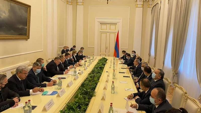 Ընթանում է հայկական ու ռուսական պատվիրակությունների՝ ընդլայնված կազմով հանդիպումը․ Զախարովա