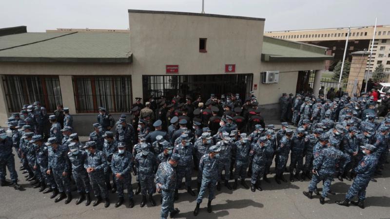 Անհետ կորած և գերեվարված զինծառայողների հարազատները դուրս եկան ՊՆ շենքից