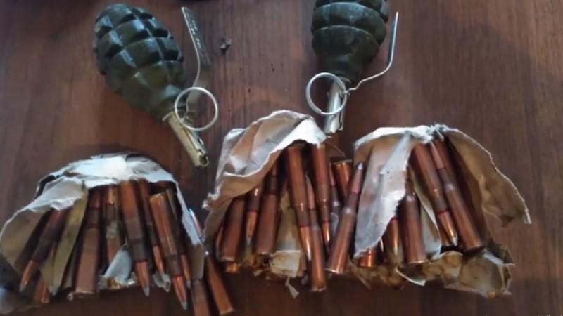 Գորիսում ոստիկանները Արցախից բերված պայթուցիչներով նռնակներ ու ինքնաձիգի փամփուշտներ են հայտնաբերել (տեսանյութ)