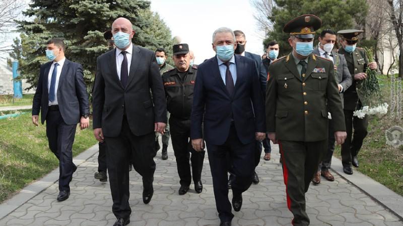 ՀՀ պաշտպանության նախարարը և ԶՈՒ ԳՇ պետն այցելել են «Եռաբլուր» զինվորական պանթեոն