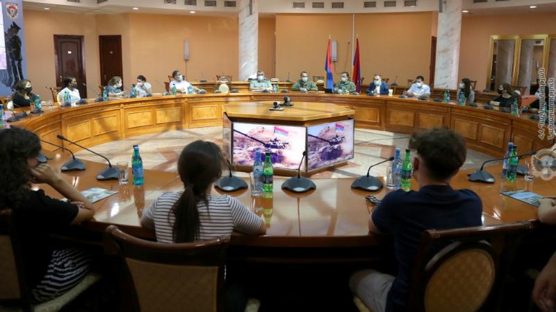 ՊՆ վարչական համալիրում հյուրընկալվել են սփյուռքահայ երիտասարդները (լուսանկարներ)