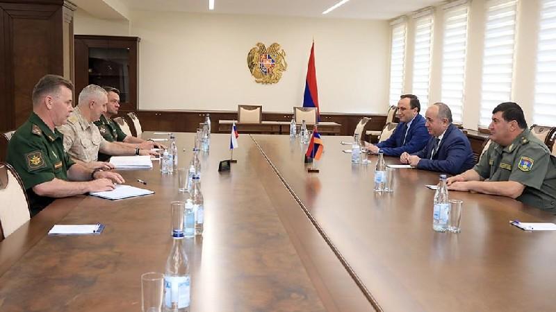 ՀՀ պաշտպանության նախարարը ու Ռուստամ Մուրադովը քննարկել են իրադրությունը հայ-ադրբեջանական սահմանին