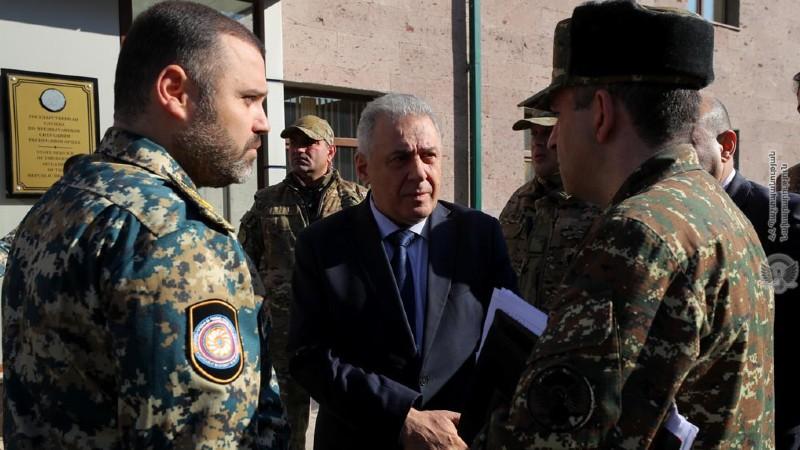 ՀՀ պաշտպանության նախարարը հանդիպել է ԱՀ ՊԲ հրամանատարի հետ