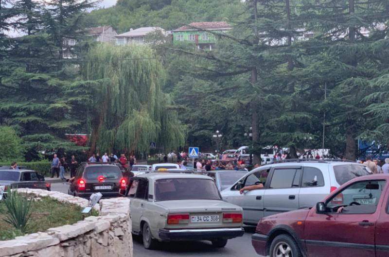 Քաղաքացիները փակել են ՀՀ-Վրաստան միջպետական ճանապարհը. անտառհատում իրականացնելու թույլտվություն են պահանջում