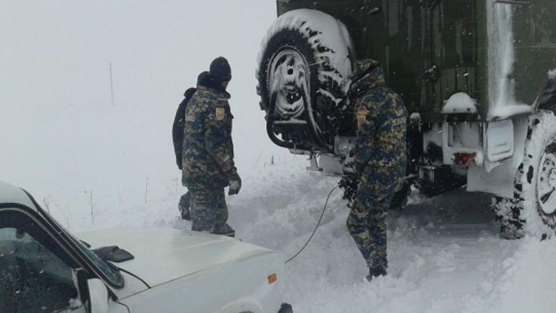 Մ-2 ավտոճանապարհի Երևան-Մեղրի հատվածում արգելափակումից դուրս են բերվել մարդատար և բեռնատար ավտոմեքենաներ. երթևեկությունը միակողմանի վերականգնվել է․ ԱԻՆ