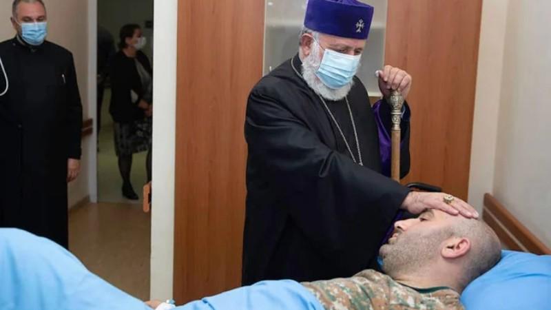 Գարեգին Երկրորդը այցելել է «Իզմիրլյան» ԲԿ, զրուցել է զինվորի հետ (լուսանկարներ)