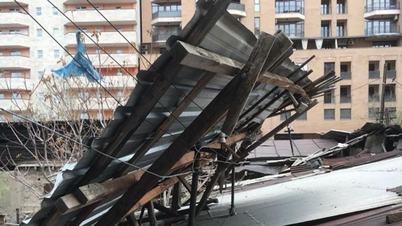 Քամու հետևանքով վնասվել են շենքի թիթեղներ, ծառեր, գովազդային վահանակներ․ ԱԻՆ