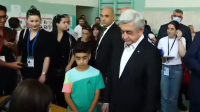 Սերժ Սարգսյանը քվեարկում է (տեսանյութ)
