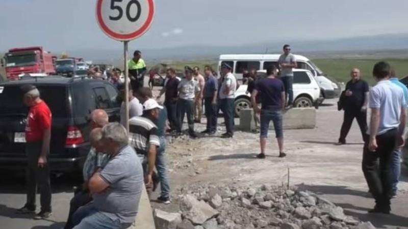 Շիրակի մարզի մի քանի գյուղերի բնակիչներ ոռոգման ջրի խնդրով փակել են Երևան- Գյումրի ճանապարհը