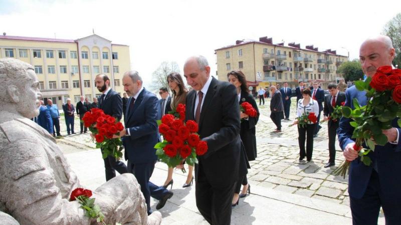 Հայաստանի և Արցախի գործիչները ծաղիկներ է դրել Տանկ-հուշարձանի պատվանդանին եւ սպարապետ Վազգեն Սարգսյանի հուշարձանին (լուսանկարներ)