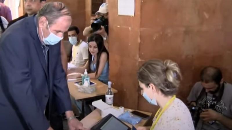 Լևոն Տեր-Պետրոսյանը քվեարկում է (տեսանյութ)