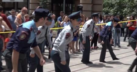Ոստիկանների ռիթմիկ պարը՝ երեխաների օրվա առթիվ (տեսանյութ)