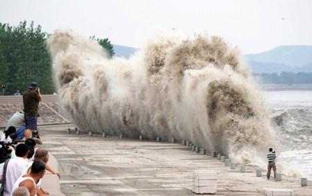 Տարօրինակ բնական երևույթ Չինաստանում. հսկայական ալիքը անցել է գետի երկայնքով (տեսանյութ)