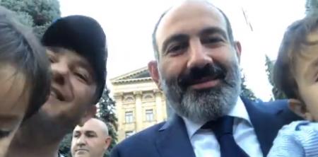 Վարչապետը ԱԺ-ի տարածքում շփվում է քաղաքացիների հետ (տեսանյութ)