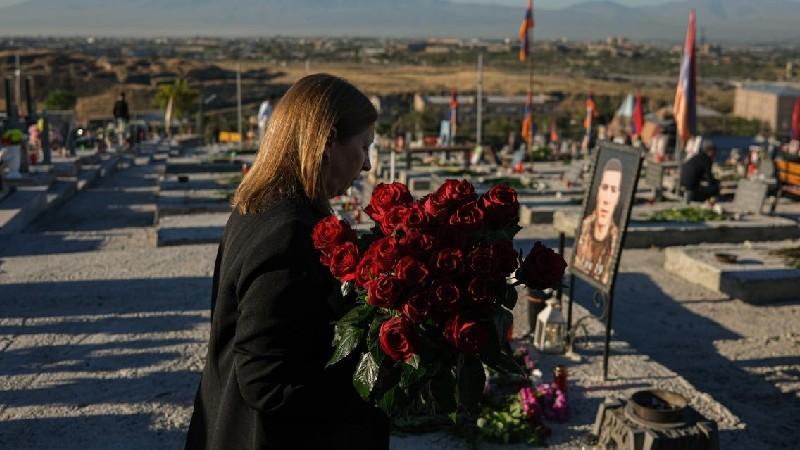 Լին Թրեյսին «Եռաբլուր» զինվորական պանթեոնում հարգանքի տուրք է մատուցել հայորդիների հիշատակին
