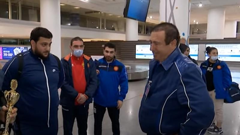 Մեդալների հարուստ ավարով հայրենիքում են հայ ծանրամարտիկները. չեմպիոններին դիմավորել է ՀԱՕԿ նախագահը (տեսանյութ)