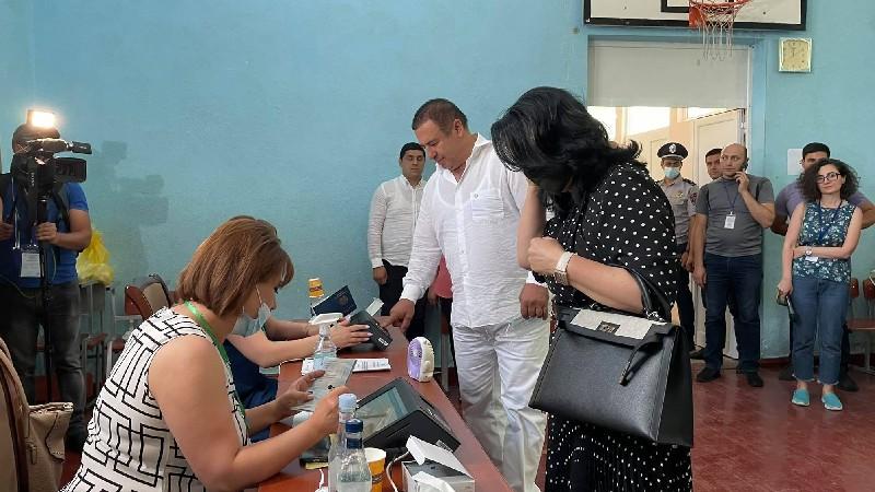 Քվեարկում է ԲՀԿ ղեկավար Գագիկ Ծառուկյանը (տեսանյութ)