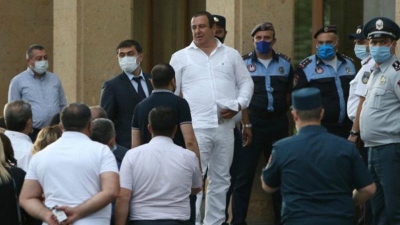 Գագիկ Ծառուկյանը դուրս եկավ դատարանի շենքից