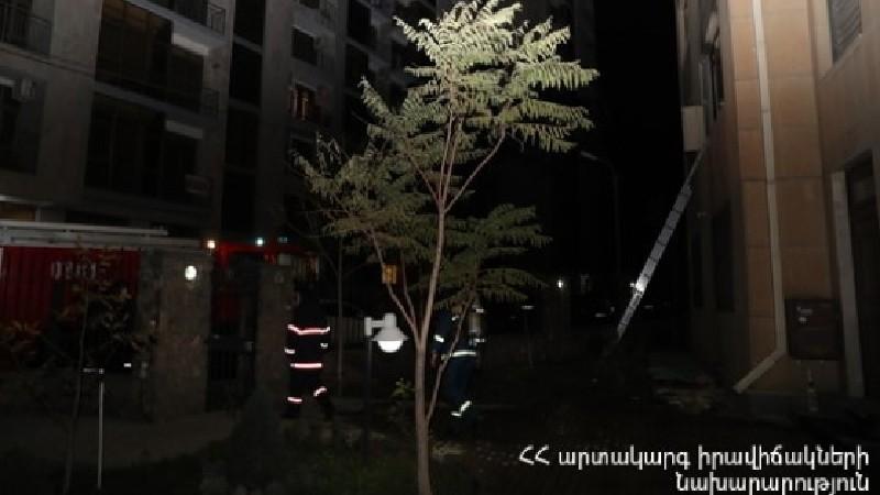 Երևանում քամին տանիքի ծածկը պոկել է և գցել ճանապարհի երթևեկելի հատվածի վրա