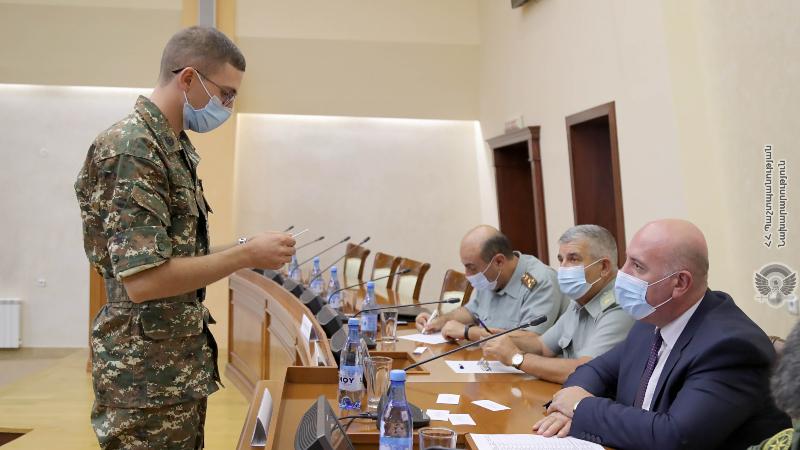 Սպայական ուսադիրներ՝ ռազմական ուսումնական հաստատությունների շրջանավարտներին (լուսանկարներ)