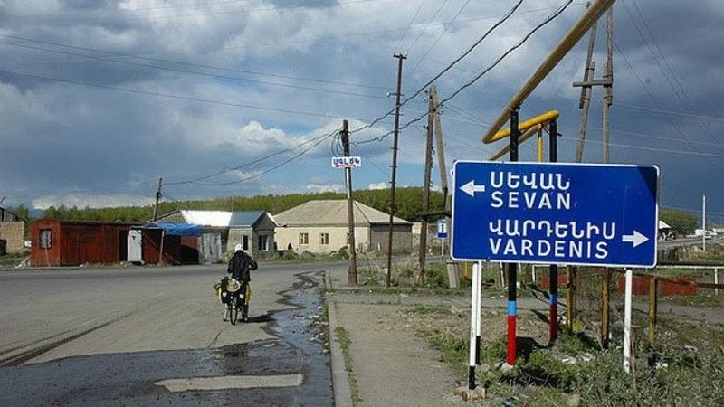 Վարդենիսում լարված իրավիճակ է. ամբաստանյալի հարազատները փակել են դատարանի մուտքերը