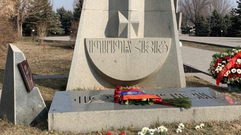 Նախագահի անունից ծաղիկներ են դրվել Վազգեն Սարգսյանի շիրիմին