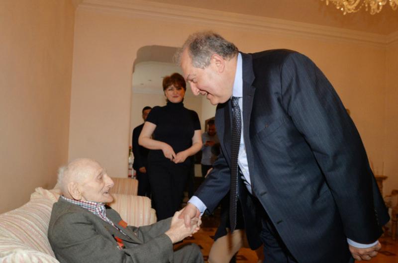 Ծննդյանդ 100-ամյակը կնշենք միասին. Արմեն Սարգսյանն այցելել է պատերազմի 99-ամյա վետերանին