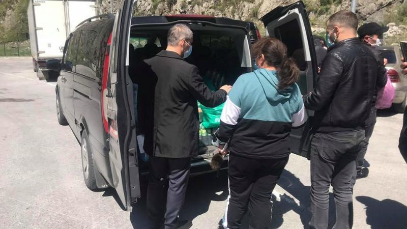 Վրաստանում ՀՀ դեսպանությունը սնունդ և առաջին անհրաժեշտության պարագաներ է փոխանցել Վերին Լարսում գտնվող ՀՀ քաղաքացիներին (լուսանկարներ)