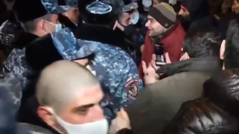 Ճանապարհը փակած քաղաքացին հրել է ոստիկանին. նա կոտրվածքներ է ստացել․ Երևանի 32-ամյա բնակիչը ձերբակալվել է (տեսանյութ)
