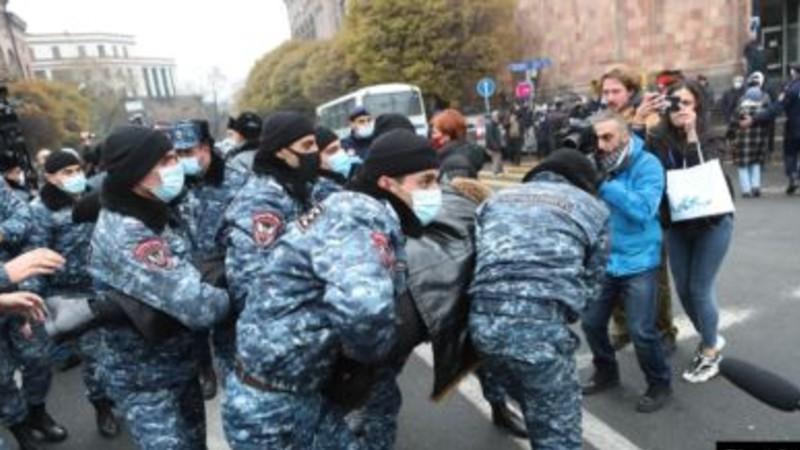 Ոստիկանները Կառավարության շենքի մոտից բերման են ենթարկել 42 ցուցարարի. ակցիան ավարտվել է