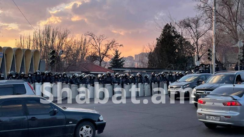 Կառավարական առանձնատան շրջակայքում ոստիկանական մեծաթիվ ուժեր են կուտակված (լուսանկարներ)